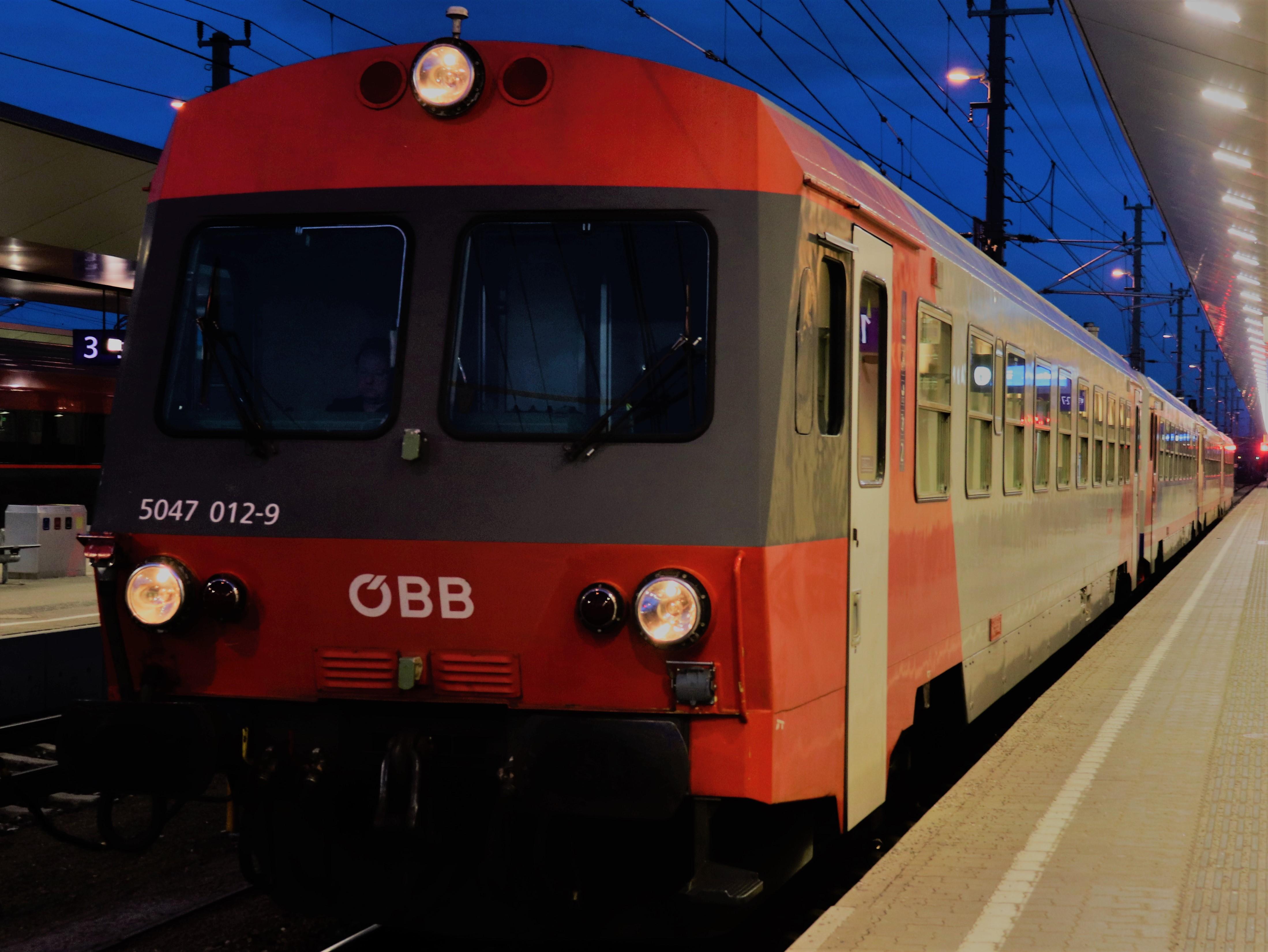 Vierfachtraktion von ÖBB 5047 im Hauptbahnhof von St. Pölten