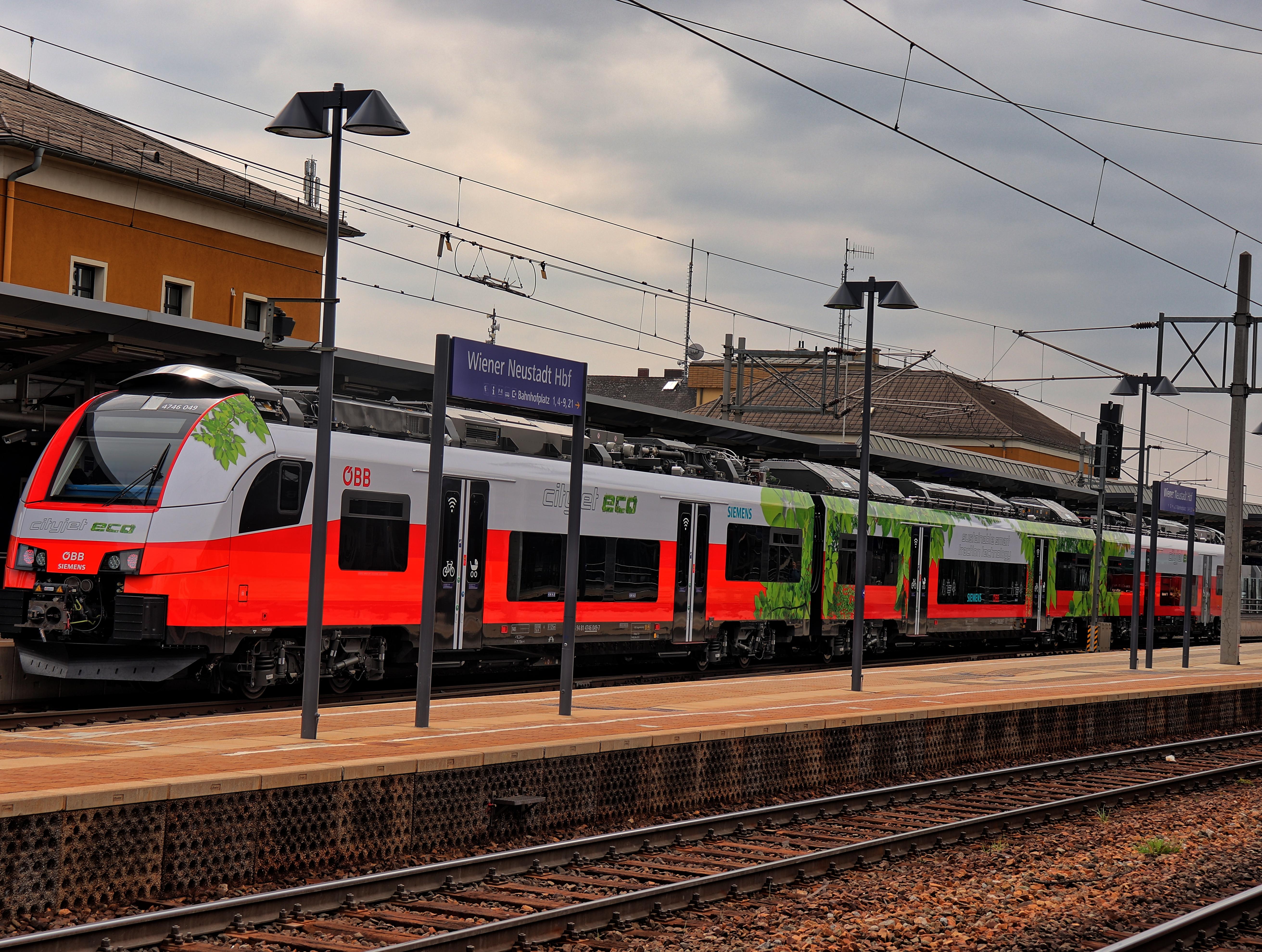 ÖBB Cityjet Eco bei seiner Jungfernfahrt im Bahnhof Wiener Neustadt