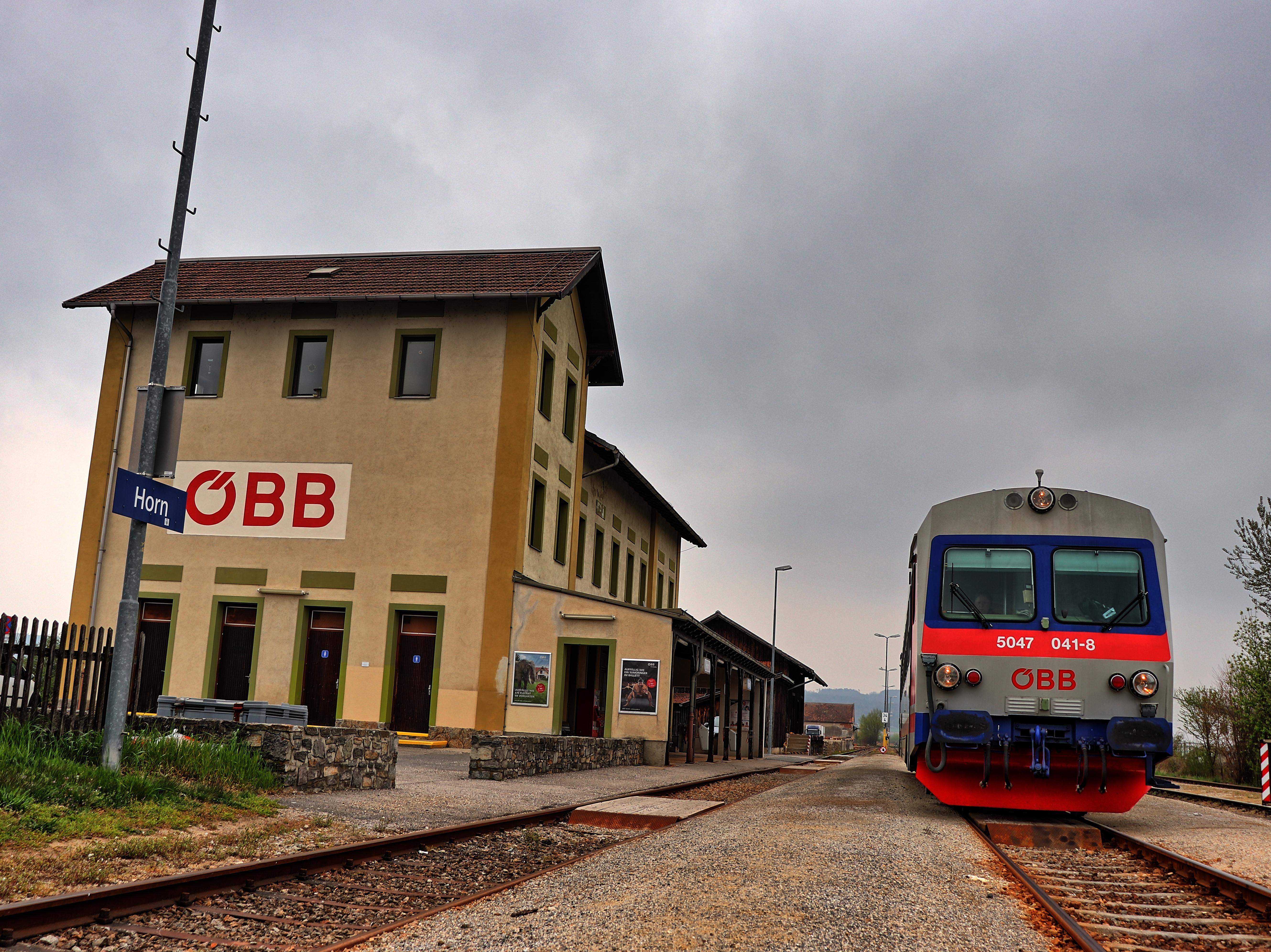 Triebfahrzeug vom Typ ÖBB 5047 im Bahnhof Horn