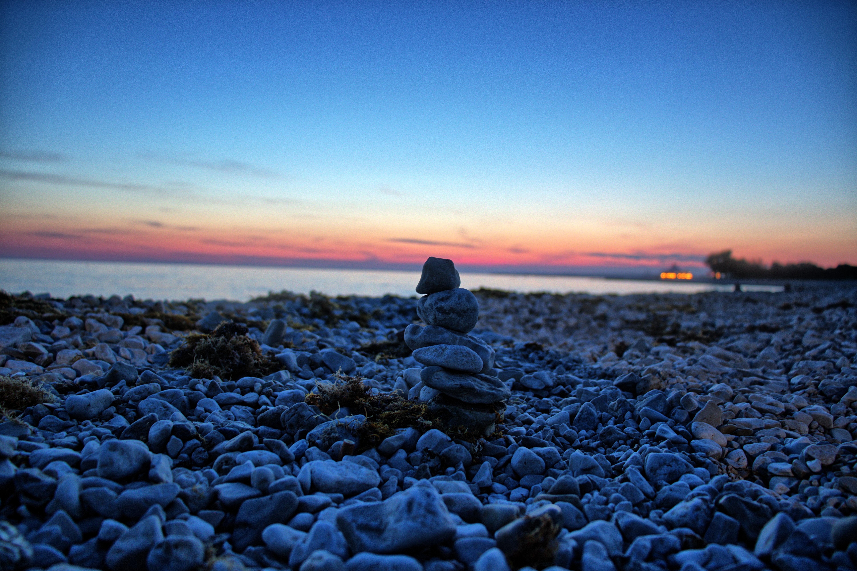 Steinberg am Strand von Peroj vor der untergegangenen Sonne