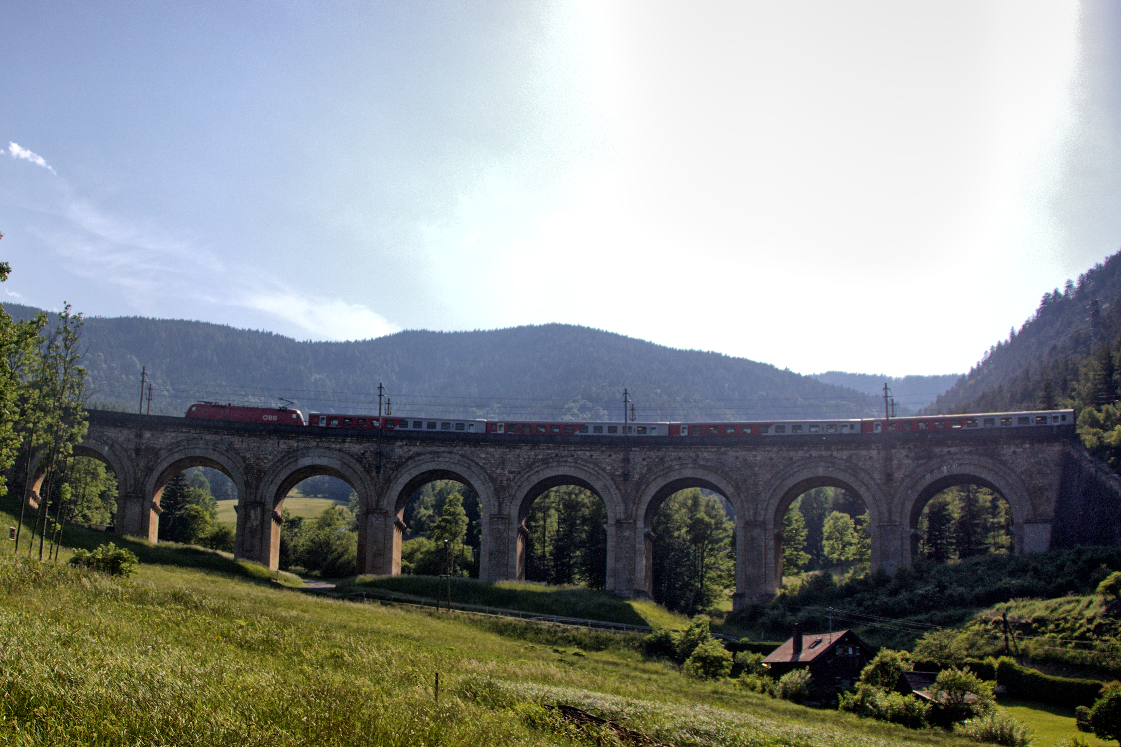 Eines von vielen Viadukten entlang der Strecke mit einer Taurus-Lok und einer Cityshuttle-Garnitur oben drauf