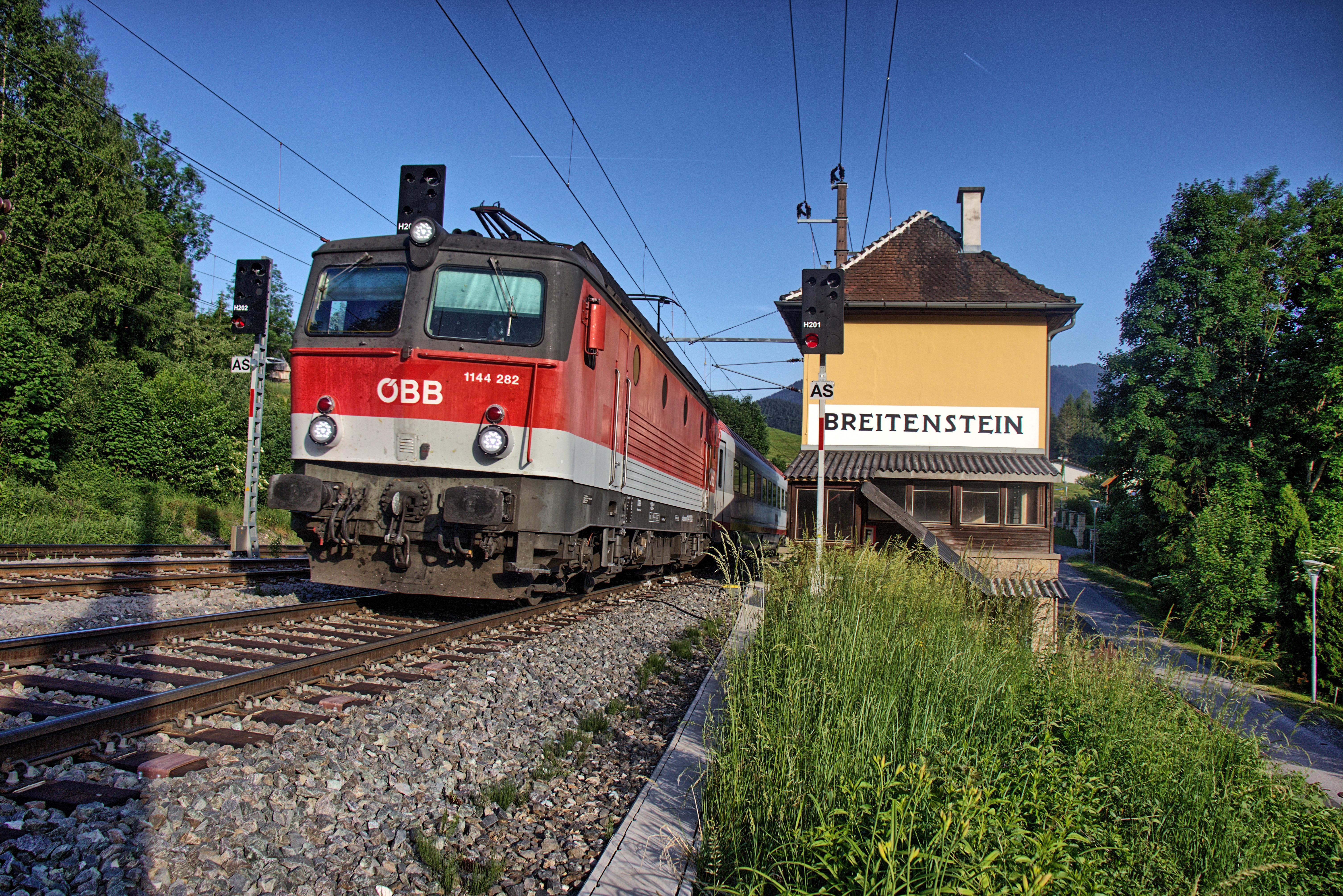 EC mit einer Lok vom Typ ÖBB 1144 im Bahnhof Breitenstein