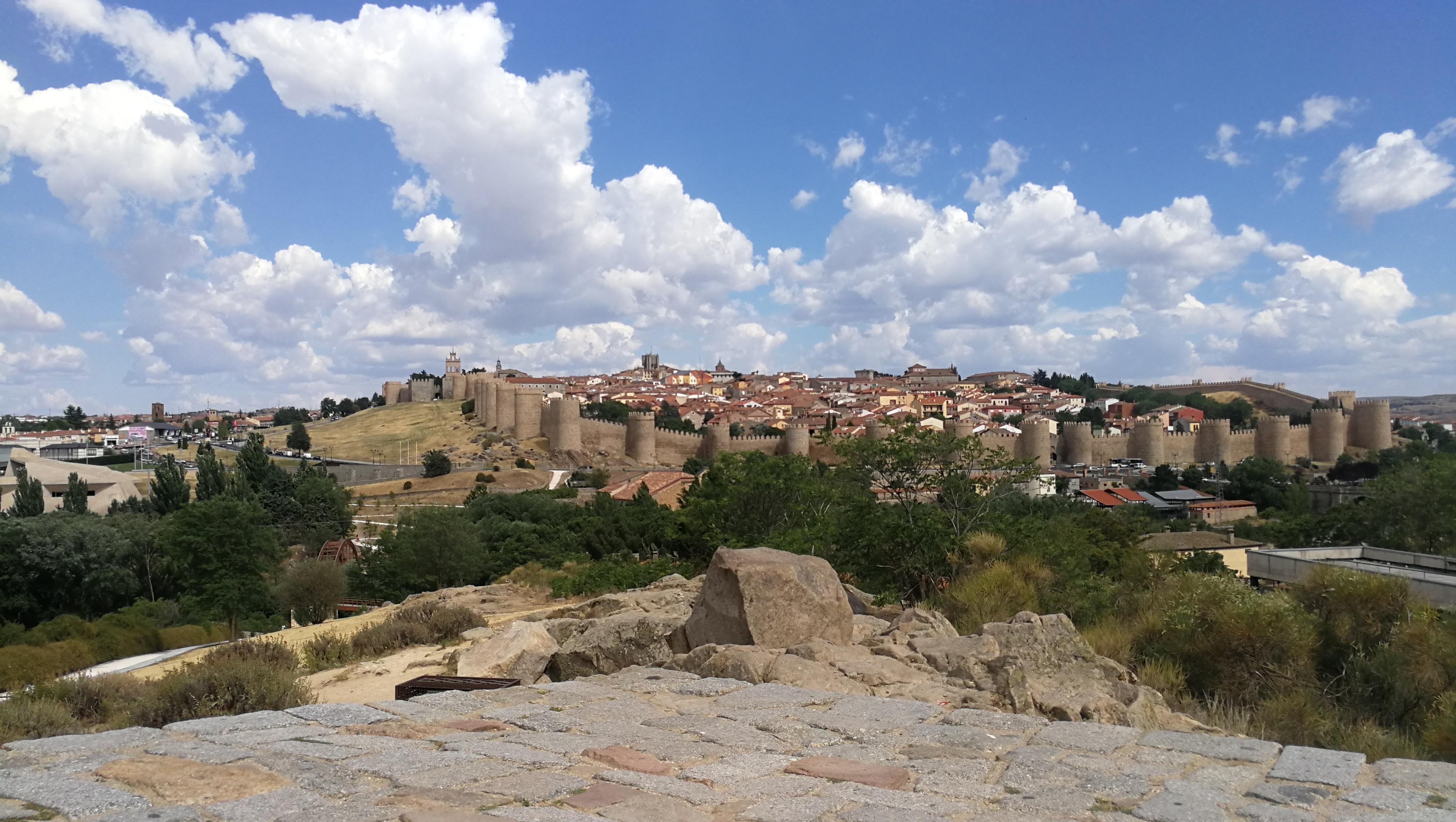 Typische spanische Stadt mit Festungsmauer