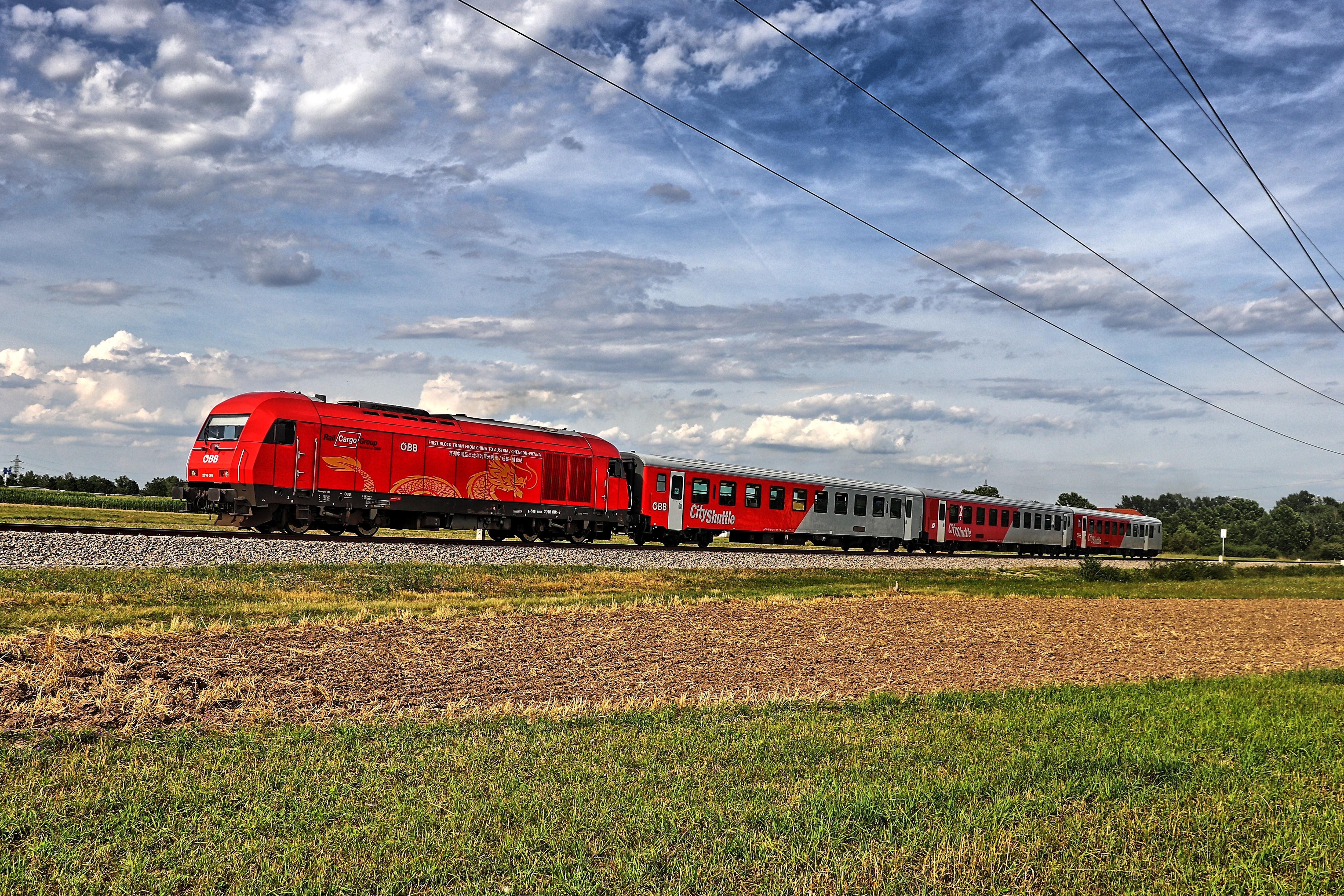ÖBB 2016 001 kurz nach der Ausfahrt aus dem Bahnhof Katzelsdorf
