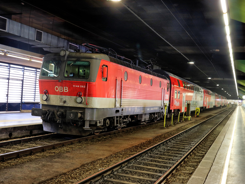ÖBB 1144 abgestellt im eingehausten Wiener Franz Josefs Bahnhof