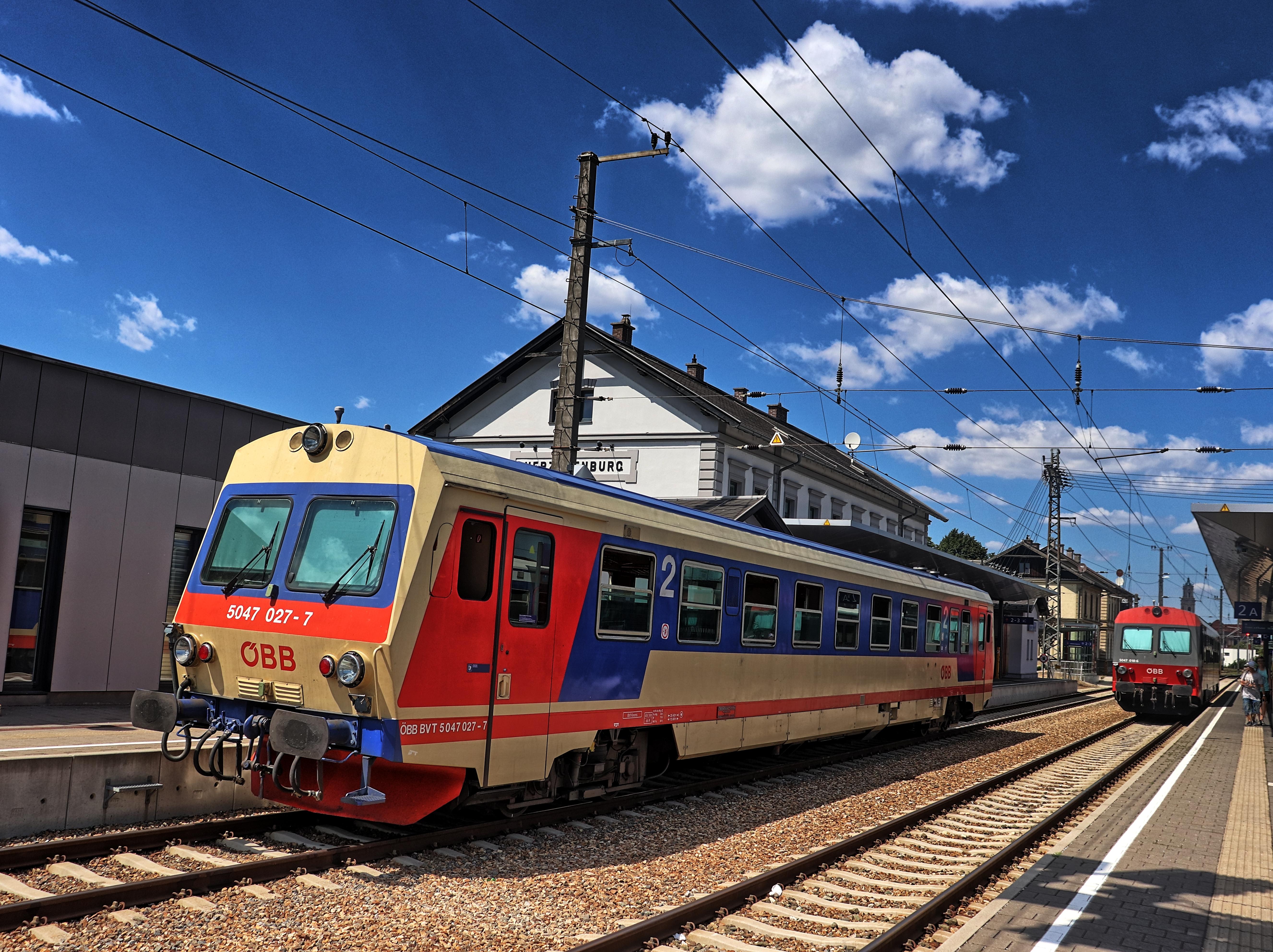 Zwei ÖBB 5047 im Bahnhof Herzogenburg