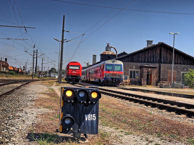 ÖBB 2016 und ÖBB 5047 in der Traktion Wiener Neustadt