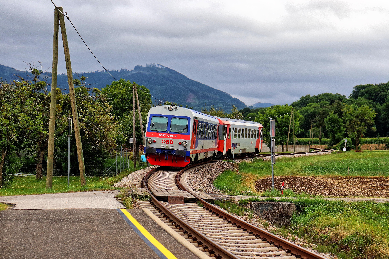 ÖBB 5047 bei der Einfahrt in die Haltestelle Sölling
