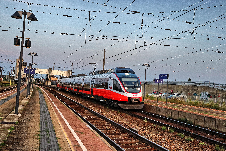 ÖBB 4124 im Bahnhof Gramatneusiedl